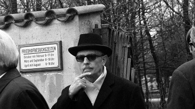Schwarz-weiß Foto von Reinhard Gehlen, Leiter des BND von 1956 bis 1968,mit Sonnenbrille und Hut am 7. April 1972 am Ausgang eines Müncher Friedhofes. (picture alliance / Dieter Endlicher)