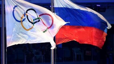 Die olympische und die russische Flagge nebeneinander bei den Winterspielen in Sotschi 2014. (AFP / Andrej Isakovic)