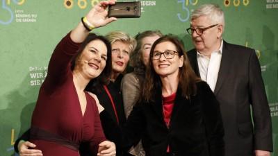 Annalena Baerbock macht ein Selfie mit Parteikollegen (imago images / Metodi Popow)