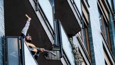 Ein Gitarrist steht auf einem Balkon in Mailand, Italien, und spielt für seine Nachbarschaft. (Getty / AGF / Universal Images Group / Nicola Marfisi)