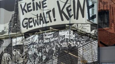 Ein moderner Anbau der Gedenk- und Bildungsstätte Andreasstraße in einem ehemaligen Stasi-Gefängnis ist in Erfurt in Thüringen mit Comic-Kunst verkleidet, aufgenommen im November 2011. (dpa-Zentralbild/Martin Schutt)