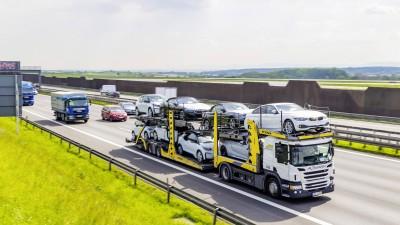 Autobahn A8, bei Stuttgart, Autotransport (imago / Arnulf Hettrich)