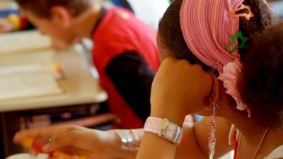 Schülerin einer 7. Klasse in Aachen beim Deutschunterricht. (picture alliance / Joker / Gudrun Petersen)
