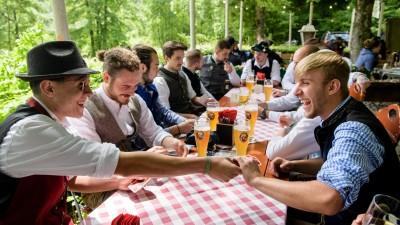 Eine Männergruppe spielt im Biergarten eines Wirtshauses an der Isar ein Kartenspiel. (dpa / picture alliance / Matthias Balk)