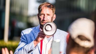 Philipp Ruch mit einem Megafon (imago images / ZUMA Press / Sachelle Babbar)