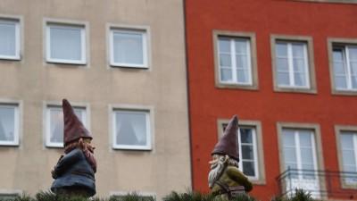 Zwei Zwerge vor zwei Häusern auf einem Stand auf dem Kölner Weihnachtsmarkt 2015. (imago images / Horst Galuschka)