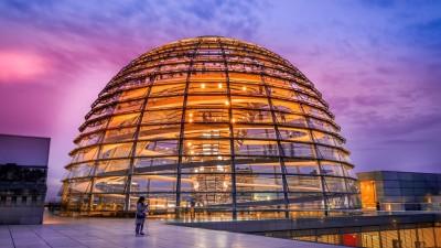 Die orange illuminierte Reichstagskuppel bei Abenddämmerung. (picture alliance / Bildagentur-online)