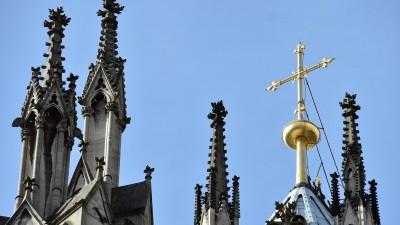 Ein goldenes Kreuz auf dem Kölner Dom leuchtet am 12.10.2017 in Köln (Nordrhein-Westfalen) in der Sonne. (dpa / picture alliance / Caroline Seidel)
