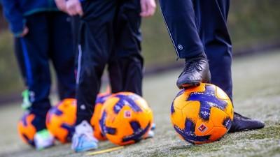 Sandbach, Odenwald am 17.März 2021 zum Thema: Fussball, Kinder und Jugend trainiert wieder in der Pandemie. Wie lange? v.l., Symbolbild: Kinder beim Fußballtraining, Ballführung (R4676 Joaquim Ferreira)