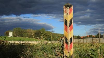 Ein verwitterter Grenzpfosten der DDR an der früheren innerdeutschen Grenze (dpa / Jens Wolf)