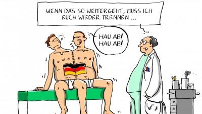 """Karikatur zwei aneinandergenähter Zwillinge mit einer Deutschlandfahne auf dem Bauch. Ein Arzt sagt ihnen: """"Wenn das so weitergeht, muss ich euch wieder trennen."""" (Picture Alliance / dieKLEINERT.de / Leopold Maurer)"""