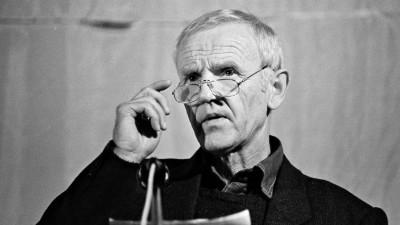 In der Ost-Berliner Erlöserkirche fand im Oktober 1989 eine Veranstaltung statt unter dem Motto: Gegen den Schlaf der Vernunft. Mitwirkende waren Schriftsteller, Autoren, Künstler der DDR. Hier am Mikrofon Günter de Bruyn. (imago images / epd)