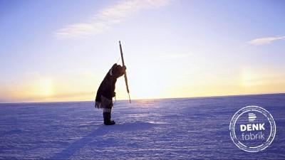 Ein Eskimo ist auf der Jagd nach Seehunden, aufgenommen 1995 im kandadischen Territorium Nunavut. Undatiert. (picture alliance / Silvia Pecota)