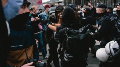 Auf dem Bild sind Demonstranten und Polizisten zu sehen. Sie stehen dicht gedrängt, die Szene wirkt bedrohlich. (picture alliance / NurPhoto / Ying Tang)