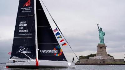 """Die """"Malizia II"""" mit Greta Thunberg an Bord passiert die Freiheitsstatue im Hafen von New York (Craig Ruttle/AP/dpa)"""