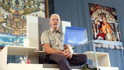 Geschlossene Blase? Lama Ole Nydahl auf einem vom Buddhistischen Dachverband Diamantweg e.V. organisierten Treffen in Kassel 2015  (imago stock&people / Andreas Fischer)