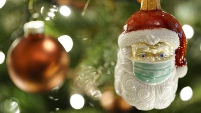 Weihnachtsmann am Baum mit Maske(Symbolfoto) (imago images / Political-Moments)