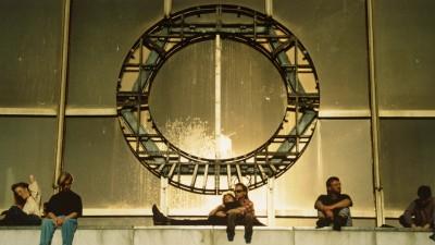 Junge Leute sitzen auf der Balustrade über dem Eingang des Palastes der Republik. (picture-alliance / akg / L. M. Peter)