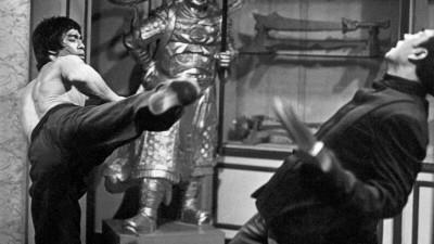 """Kampfszene aus """"Enter the Dragon"""" von 1973: Kung-Fu-Artist Bruce Lee (links) teilt gegen den Mann mit der Todeskralle aus. Lee starb drei Wochen, bevor der Film in die Kinos kam. (picture alliance / United Archives)"""