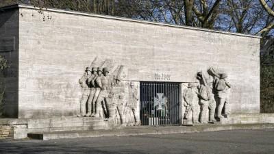 Das 39er-Denkmal am Reeser Platz in Düsseldorf zeigt ein großes eisernes Kreuz und in Stein gemeißelte Soldaten (imago images)
