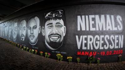 Ein 27 Meter langes Gedenkgraffito erinnert in Frankfurt an die Opfer des Anschlags in Hanau am 19. Februar 2020. (picture alliance / dpa / Florian Gaul)