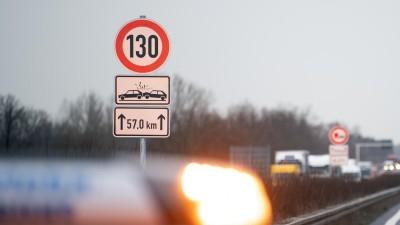 Ein Verkehrszeichen zur Geschwindigkeitsbegrenzung für die nächsten 57,0 Kilometer auf der Autobahn A13. Auf einem Streckenabschnitt der A13 gilt jetzt ein Tempolimit von 130 Kilometern pro Stunde. (dpa / picture alliance / Soeren Stache)