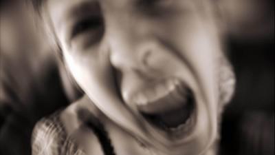 Ein Mädchen schreit aggressiv in die Kamera. (picture alliance/Photoshot/PYMCA)