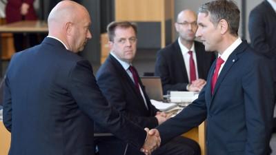 Björn Höcke, (r) Fraktionsvorsitzender der AfD, gratuliert Thomas Kemmerich (l., FDP), dem neuen Thüringer Ministerpräsidenten. (Martin Schutt/dpa-Zentralbild)