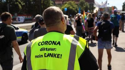 """Auf der neongelben Jacke eines Demonstranten steht: """"Corona-Diktatur Nein Danke"""". (imago images / Müller-Stauffenberg)"""