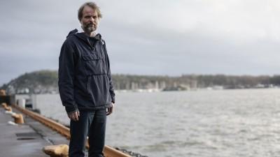 Erling Kagge steht am Oslofjord an einem Kai. (Jonas Bendiksen / Magnum Photos)