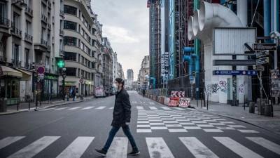 Ein Mann läuft am 17. März mit einer Schutzmaske vor dem Pariser Centre Pompidou über die Straße. (imago images / Le Pictorum / Chloe Sharrock)