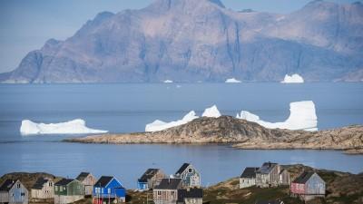 Einsame Eisbrocken treibt an der grönländischen Stadt Kulusuk vorbei (AFP / Jonathan Nackstrand)
