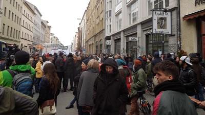 Demonstration in der Oranienstraße vor dem Buchladen Kisch & Co. (Deutschlandradio / Grenzgänger / Ernst-Ludwig von Aster)