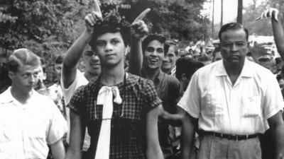 Jugendliche verspotten und verhöhnen am 4. September 1957 die farbige 15jährige Schülerin Dorothy Geraldine Counts, die auf dem Weg zur Harding High School in Charlotte (Nord Carolina) ist, um sich anzumelden. (picture-alliance / dpa)
