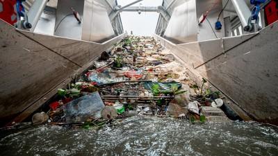 Ein Fließband befördert auf dem Klang River in Malaysia Müll ins Innere des Interceptors. (The Ocean Cleanup)