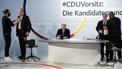 Die drei Kandidaten für den Vorsitz der CDU Deutschlands, Friedrich Merz (l-r), Norbert Röttgen und Armin Laschet, werden für ein Online-Video-Talkformat, in dem live aus dem Konrad-Adenauer-Haus Fragen der CDU-Mitglieder beantwortet werden, vorbereitet (picture alliance/dpa/dpa-Pool / Bernd von Jutrczenka)