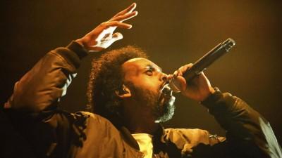 Afrob während eines Live-Auftritts, das Mikrofon in der linken Hand, die rechte Hand gestikulierend. (imago images / Future Image)