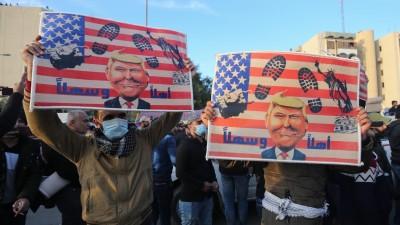 Anhänger der paramilitärischen Miliz Hashed al-Shaabi protestieren vor der US-Botschaft in der irakischen Hauptstadt Bagdad (AFP/Ahmad Al-Rubaye)