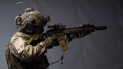 Ein Schießausbilder des Kommando Spezialkräfte (KSK) der Bundeswehr das Schießtraining mit interaktiver Zieldarstellung. (picture alliance/dpa   Marijan Murat)