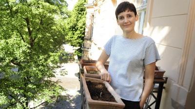 Die Schriftstellerin Anke Stelling auf ihrem Balkon im Berliner Stadtteil Prenzlauer Berg (picture alliance / Kai-Uwe Heinrich / TSP)
