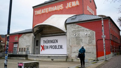 """Das Theaterhaus Jena hat die Aufschrift """"Thüringen - kein Problem"""" zu """"Thüringen - ein Problem"""" geändert. (imago images/Christoph Worsch)"""
