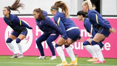 Alex Morgan und ihre Mitspielerinnen bei einer Gymnastikübung (Tess Derry/imago)