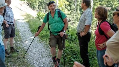 Eine Wandergruppe hört Zdravko Haderlaps Erklärungen zu (Deutschlandradio / Benjamin Breitegge)
