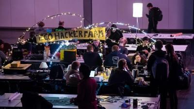 Teilnehmer des 36C3 Chaos Communication Congress in Leipzig an gemeinsamen Arbeitstischen. (Getty Images  / Jens Schlueter)