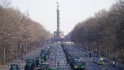 """Mit Traktoren demonstrieren Landwirte in Berlinam Rande""""Grünen Woche"""". (dpa / Kay Nietfeld )"""