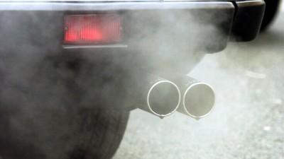Abgase entweichen den Auspuffrohren eines Autos. (dpa / Arne Dedert)
