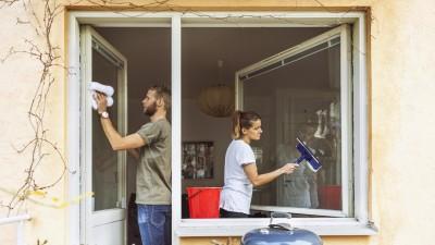 Ein Mann und eine Frau putzen gemeinsam die Fenster. (Eyeem/ Maskot Bildbyrå AB)
