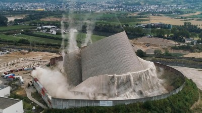 Der Kühlturm des Kernkraftwerks Mülheim-Kärlich stürzt kontrolliert ein, nachdem Bagger nacheinander die Stützen entfernt haben. Das Bild ist eine Luftaufnahme von einer Drohne. (dpa / Thomas Frey)