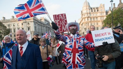 Pro brexit protestors march outside Parliament Square, London, England, UK on Thursday 31 October 2019 on the day the UK was supposed to leave the EU after the EU agreed to an extension to January 31 2020. Picture by Justin Ng/UPPA/Avalon.   (picture alliance / Photoshot)