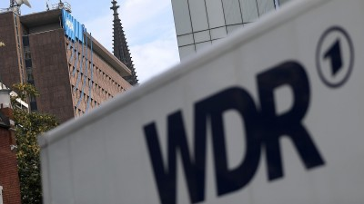 Ein Fahrzeug des Westdeutschen Rundfunks (WDR)steht vor dem Funkhaus. (dpa/ Oliver Berg)